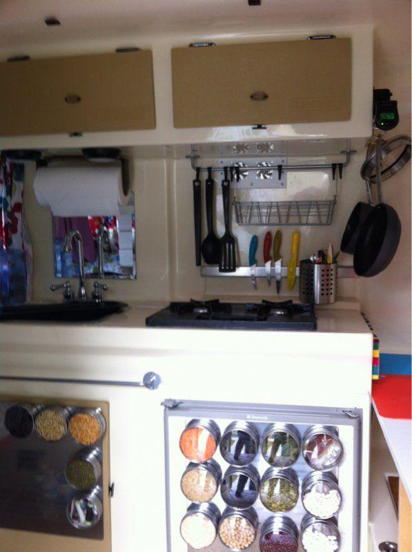 Trucos para campervan almacenaje curioso y creativo para for Camper trailer kitchen designs