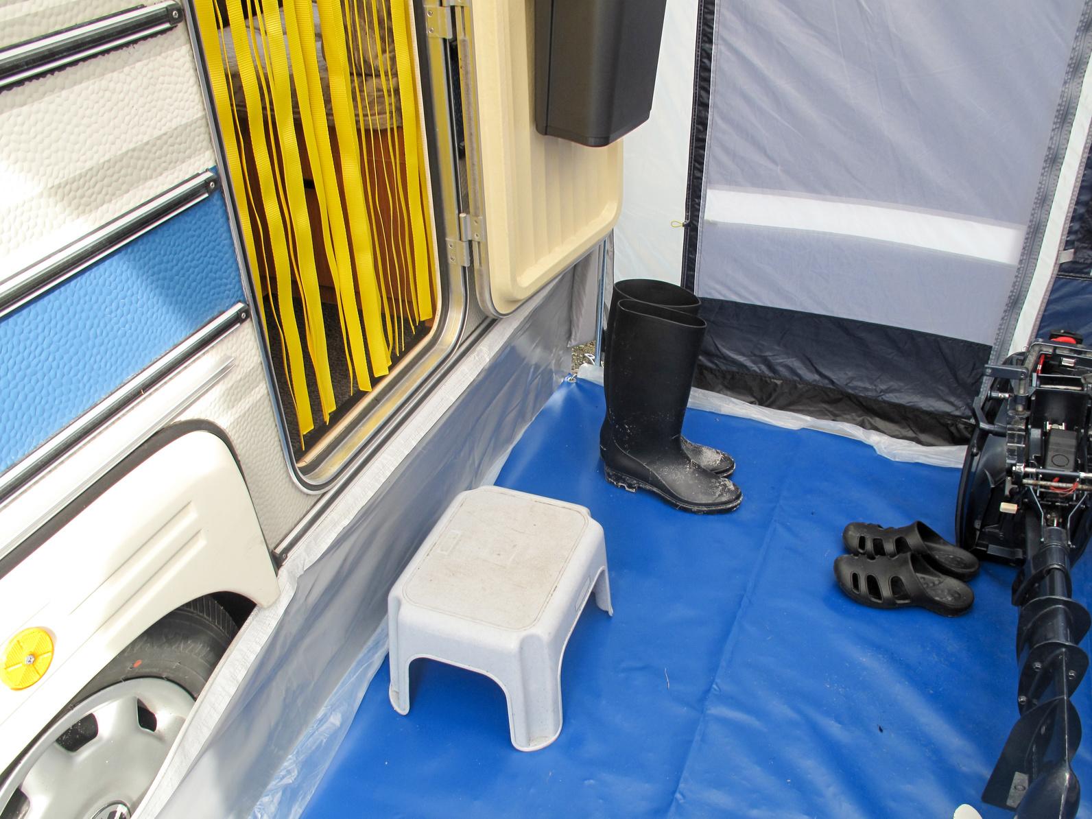Campingurlaub - Im Vorzelt eines Wohnwagen