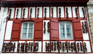 Piemientos colgando de las fachadas
